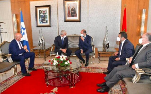 Le ministre des Affaires étrangères Yair Lapid (deuxième à partir de la gauche) a rencontré le vice-ministre des Affaires étrangères du Maroc, Mohcine Jazouli, à l'aéroport international de Rabat-Sale, le 11 août 2021 (Shlomi Amsalem, GPO)