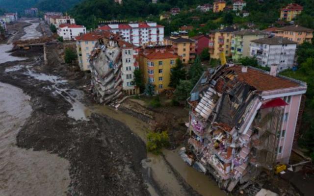 Une vue aérienne montre des bâtiments endommagés à proximité du ruisseau Ezine après que des crues soudaines mortelles ont éclaté sur ses rives dans la ville de Bozkurt, dans le district de Kastamonu, dans la région de la mer Noire en Turquie, le 14 août 2021. (Crédit : STR / AFP)