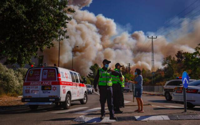 Des services de secours sur le site d'un incendie qui s'est déclaré dans une forêt près de Beit Meir, à l'extérieur de Jérusalem, le 15 août 2021. (Crédit : Yonatan Sindel/Flash90)