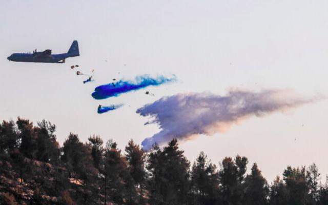L'avion de l'armée de l'air israélienne Lockheed C-130, surnommé le Super Hercules, aide à éteindre un grand incendie dans les montagnes de Jérusalem, le 17 août 2021. (Olivier Fitoussi/Flash90)