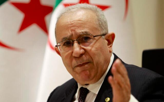 Le ministre algérien des Affaires étrangères Ramtane Lamamra lit une déclaration du président du pays à Alger, le 24 août 2021. (Crédit : AP/Fateh Guidoum)