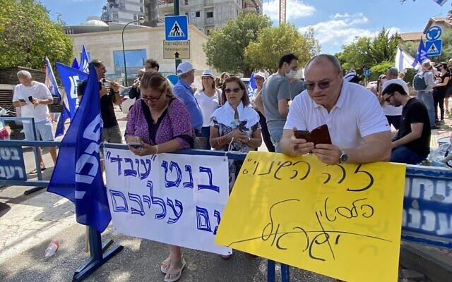 Des manifestants devant le domicile du chef du parti Yamina, Naftali Bennett, à l'époque encore en négociations pour former un gouvernement, à Raanana, le 4 juin 2021. (Crédit : Avshalom Sassoni/Flash90)
