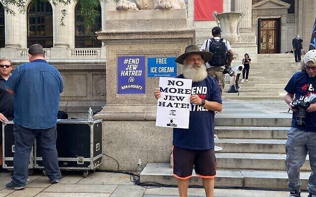 Un manifestant pro-israélien devant la Bibliothèque publique de New York à Manhattan, le 12 août 2021. (Crédit : Jacob Magid/Times of Israel)