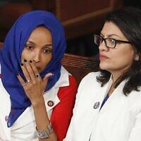 La représentante Ilhan Omar, démocrate du Minnesota à gauche, rejointe à droite par la représentante Rashida Tlaib, démocrate du Michigan, écoute le discours sur l'état de l'Union du président américain Donald Trump, au Capitole à Washington, le 5 février 2019. (Crédit : AP Photo/J. Scott Applewhite)