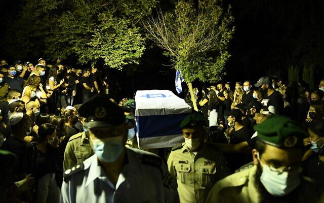 Le cercueil de Barel Hadaria Shmueli, de la police des frontières, lors de ses funérailles, le 30 août 2021. (Crédit : Porte-parole de la police)