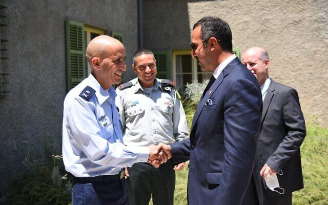 Le sous-secrétaire bahreïni aux Relations Internationales Sheikh Abdullah bin Ahmad al Khalifa, à droite, rencontre Tal Kelman, chef de la division stratégique au sein de l'Administration de planification de l'armée israélienne, le 10 août 2021. (Crédit : porte-parole de l'armée/Twitter)