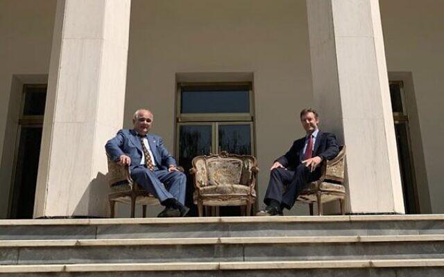 L'ambassadeur russe Levan Dzhagaryan posant avec son homologue britannique Simon Shercliff sur les marches de l'ambassade russe dans la capitale iranienne, en août 2021. (Crédit : @RusEmbIran / Twitter)