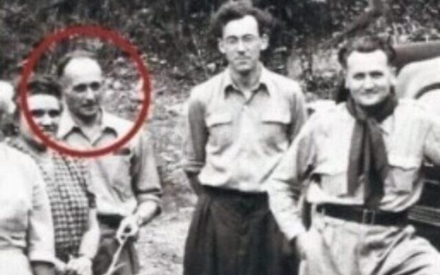 Adolph Eichmann (entouré) sur une photo qui aurait été fournie par Gerhard Klammer (deuxième à partir de la droite) et qui a aidé le Mossad à identifier le tristement célèbre criminel nazi. (Crédit : capture d'écran)