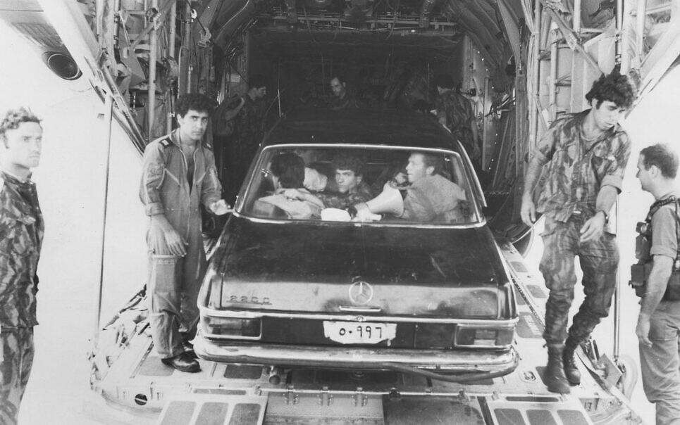 Les commandos israéliens dans une Mercedes Benz peinte en noir (Crédit :  image principale des archives du ministère de la Défense)