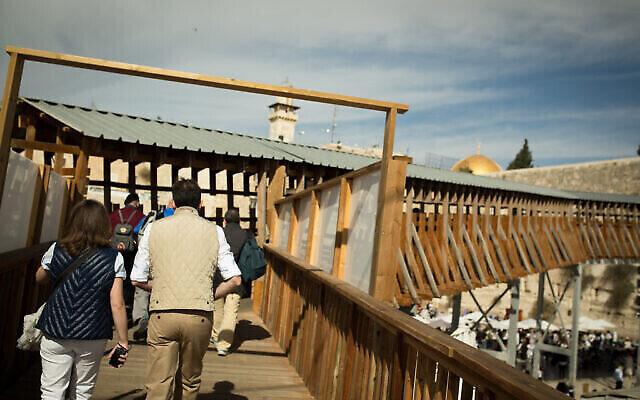 Le pont Mughrabi monte vers l'enceinte du mont du Temple dans la Vieille Ville de Jérusalem, le 7 novembre 2016. (Sebi Berens / Flash90)