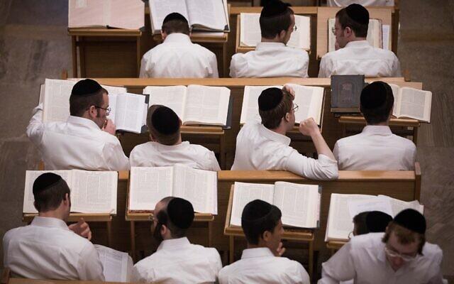 Photo d'illustration : Des élèves travaillent dans une yeshiva de Jérusalem, le 2 septembre 2019. (Crédit : Yonatan Sindel/Flash90)