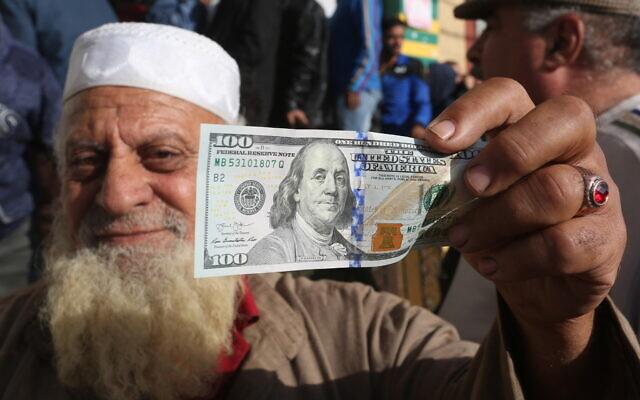 Des Palestiniens reçoivent leur aide financière dans le cadre d'une aide allouée par le Qatar, dans un bureau de poste à Rafah, dans le sud de la bande de Gaza, le 27 novembre 2019. (Abed Rahim Khatib/Flash90)