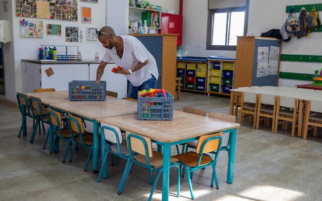 Un enseignant de classe maternelle au Jardin d'enfants Kobi, au Moshav  Yashresh, le 8 février 2021. (Crédit :  Yossi Aloni/Flash90)