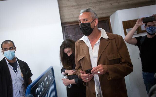 Avi Alkalay, ex-rédacteur en chef de Walla, arrive pour une audience à la Cour des magistrats de Tel Aviv, le10 mars 2021. (Crédit : Miriam Alster/Flash90)