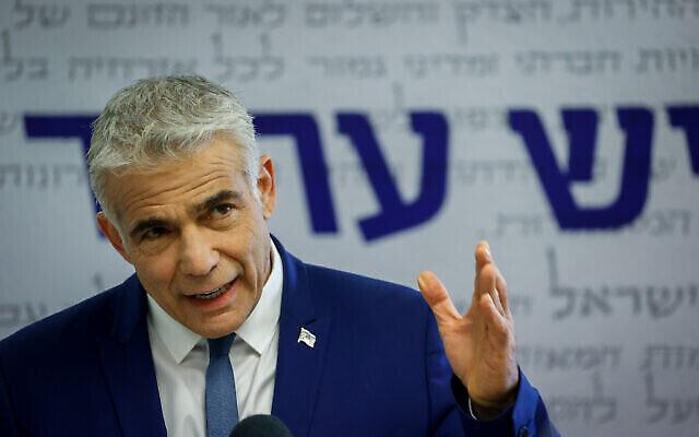 Le chef du parti Yesh Atid, Yair Lapid, s'exprime lors d'une réunion de faction à la Knesset à Jérusalem, le 10 mai 2021. (Crédit : Yonatan Sindel/Flash90)