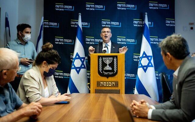 Le chef du parti Tikva Hadasha Gideon Saar dirige une réunion de faction à la Knesset, le 31 mai 2021. (Crédit : Yonatan Sindel/Flash90)
