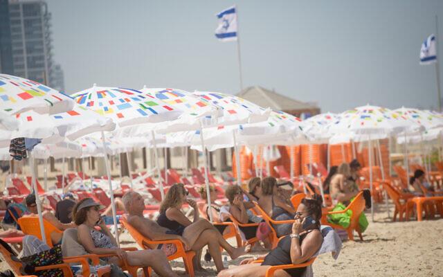 Les Israéliens sur une plage de Tel Aviv, le 29 juin 2021. (Crédit : Miriam Alster/FLASH90)