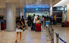 Des voyageurs dans une file d'attente pour se faire dépister au coronavirus à leur arrivée à l'aéroport Ben-Gurion en Israël, le 1er juillet 2021. (Crédit : Nati Shohat/ Flash90)