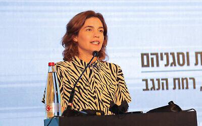 La ministre de la Protection environnementale Tamar Zandberg s'exprime pendant une conférence des chefs des Autorités locales à Ramat Negev, dans le sud d'Israël, le 22 juillet 2021. (Crédit : Flash90)