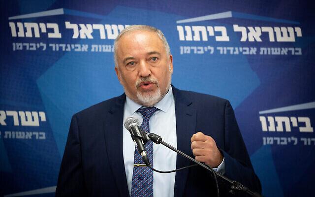 Le ministre des Finances Avigdor Liberman pendant une réunion de faction de sa formation Yisrael Beytenu à la Knesset, le 26 juillet 2021. (Crédit :Yonatan Sindel/Flash90)