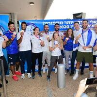 L'équipe israélienne mixte de judo, médaillée de Bronze à Tokyo; à son arrivée à l'aéroport international Ben-Gurion, le 27 juillet 2021.