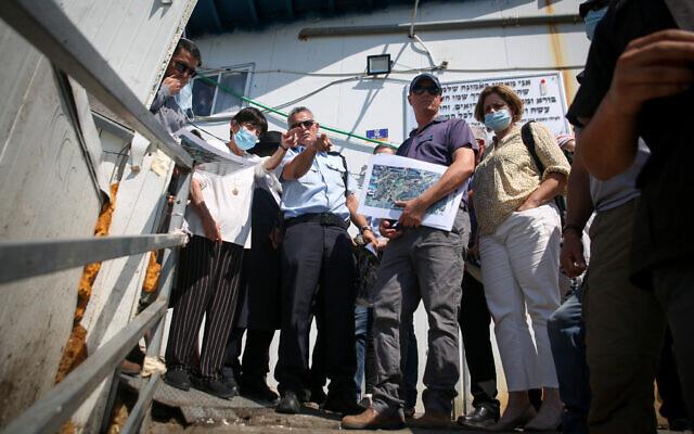 L'ancienne juge à la Cour suprême Miriam Naor et d'autres membres de la commission d'enquête sur le mont Meron visitent le site où 45 personnes ont été tuées dans une bousculade pendant les célébration de Lag BOmer, le 2 août 2021. (Crédit : David Cohen/Flash90)