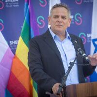 Le ministère de la Santé Nitzan Horowitz s'exprime pendant une visite à l'hôpital Sheba Tel HaShomer à Ramat Gan, le 3 août 2021. (Crédit :  Miriam Alster/Flash90)