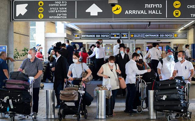Les voyageurs portent des masques de protection au Terminal 3 de l'aéroport Ben-Gurion, le 5 août 2021. (Crédit : Avshalom Sassoni/FLASH90)