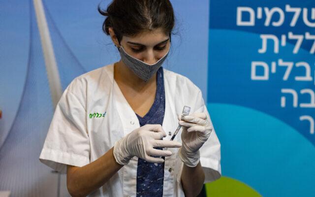 Une infirmière prépare un vaccin contre le coronavirus à Jérusalem, le 8 août 2021. (Crédit : Olivier Fitoussi/Flash90)