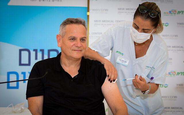Le ministre de la Santé Nitzan Horowitz se fait injecter un rappel contre la COVID-19 lors d'une visite à l'hôpital   Meir de Kefar Sava,le 13 août 2021. (Crédit :  Avshalom Sassoni/Flash90)