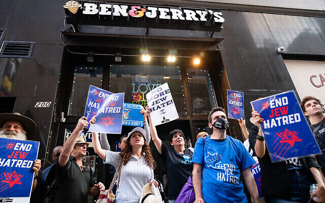 Des manifestants pro-israéliens manifestent à New York contre la marque Ben & Jerry's et son boycott des implantations, le 12 août 2021. (Crédit : Luke Tress/Flash90)