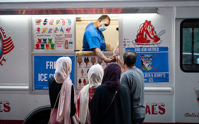 Les organisateurs d'une manifestation contre Ben & Jerry's distribuent des glaces gratuites à New York, le 12 août 2021. (Crédit : Luke Tress/Flash90)