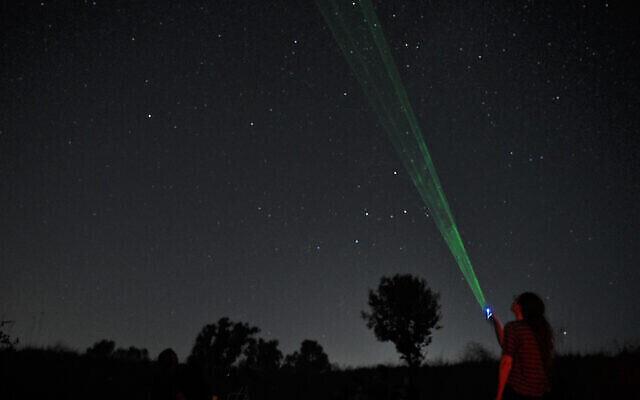 Des amateurs regardent les étoiles pendant une pluie d'étoiles filantes au-dessus du plateau du Golan, le 13 août 2021. (Crédit : Michael Giladi/Flash90)