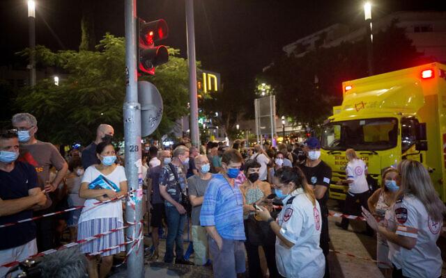 Les Israéliens font la queue pour bénéficier du vaccin contre la COVID-19 lors d'une campagne massive de vaccination nocturne du Magen David Adom sur la place Dizengoff à Tel Aviv, le 14 août 2021. (Crédit : Miriam Alster/Flash90)