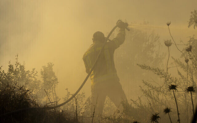 Des pompiers tentent d'éteindre l'incendie près du moshav Givat Ye'arim, près de Jérusalem, le 16 août 2021. (Crédit : Olivier Fitoussi/Flash90)