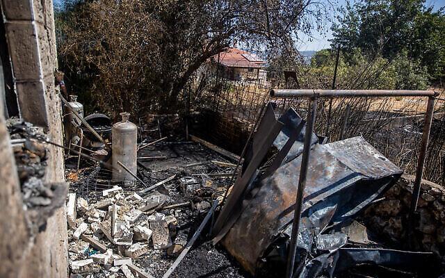 Une vue des dégâts à l'extérieur d'une maison du  Moshav Givat Yearim après un gigantesque incendie, le 17 août 2021. (Crédit :  Yonatan Sindel/Flash90)