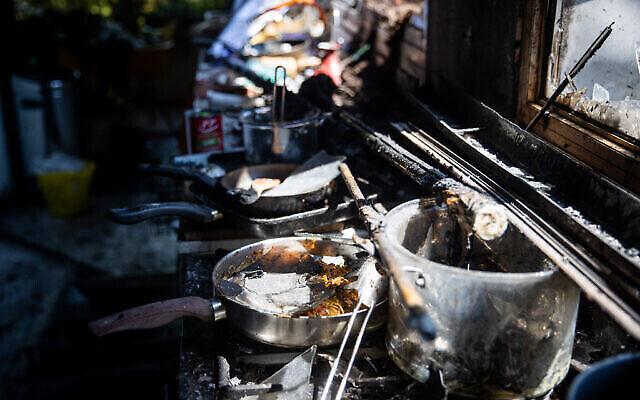 Une vue des dégâts à l'intérieur d'une maison du  Moshav Givat Yearim après un gigantesque incendie, le 17 août 2021. (Crédit :  Yonatan Sindel/Flash90)