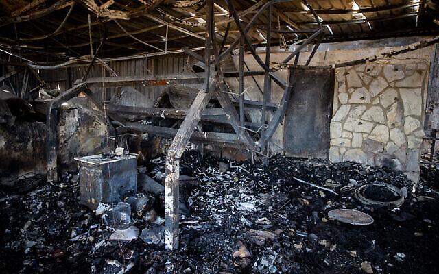 Une vue des dégâts à l'intérieur de la cave viticole Metzuda suite à un feu qui a touché le  Givat Yearim, aux abords de Jérusalem, le 17 août 2021. (Crédit : Yonatan Sindel/Flash90)