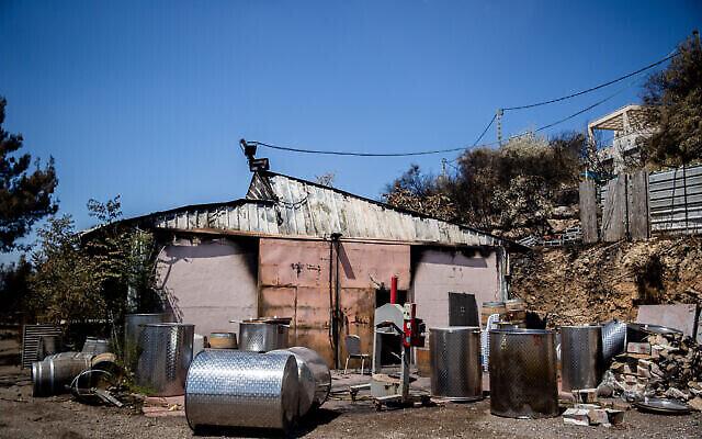 Une vue des dégâts à la cave viticole Metzuda suite à un feu qui a touché le  Givat Yearim, aux abords de Jérusalem, le 17 août 2021. (Crédit : Yonatan Sindel/Flash90)