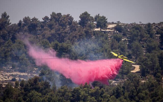 Un canadair tente d'éteindre un gigantesque incendie qui a dévasté les montagnes de Jérusalem, le 17 août 2021. (Crédit : Yonatan Sindel/Flash90)