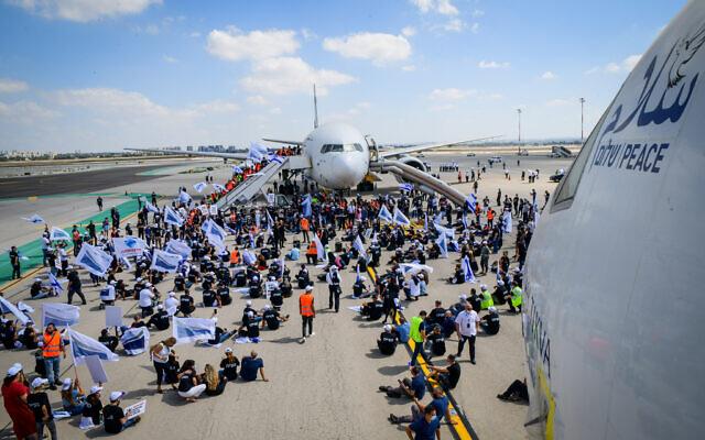 Des employés de l'industrie aéronautique protestent contre les réglementations contre la COVID-19 à l'aéroport Ben Gurion, le 19 août 2021. (Crédit : Avshalom Sassoni/Flash90)