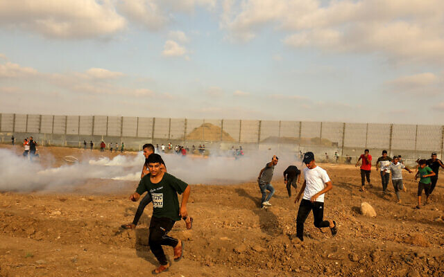 Des manifestants palestiniens affrontent les soldats israéliens pendant une émeute à la frontière, à l'est de Gaza City, le 21 août 2021. (Crédit : Abed Rahim Khatib/Flash90)