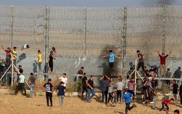 Des émeutiers palestiniens affrontent les troupes israéliennes à la frontière entre Gaza et Israël, là l'est de Gaza City, le 21 août 2021. (Crédit :Abed Rahim Khatib/Flash90)