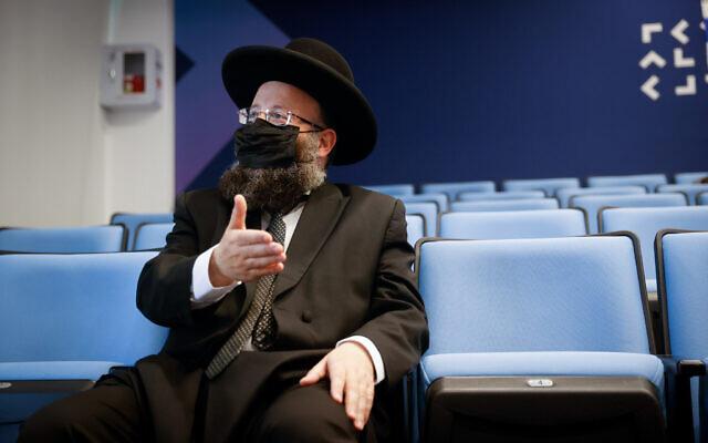 Le rabbin du mur Occidental Shmuel Rabinovitch témoigne devant la commission chargée d'enquêter sur la tragédie du mont Meron à Jérusalem, le 23 août 2021. (Crédit : Yonatan Sindel/Flash90)