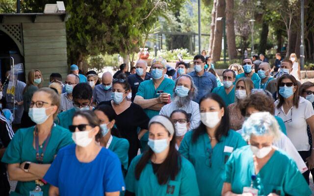 Des médecins et des infirmières font grève devant l'hôpital Hadassah à Jérusalem, le 25 août 2021. (Crédit : Yonatan Sindel/Flash90)