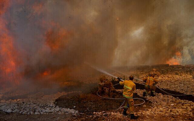 Des pompiers tentent d'éteindre un incendie qui s'est déclaré dans une forêt près de Shoresh, à l'extérieur de Jérusalem, le 3 août 2021. (Crédit : Yonatan Sindel/FLASH90)