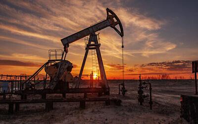 Photo d'illustration d'un forage pétrolier sur la terre ferme. (Crédit : bashta, iStock at Getty Images)