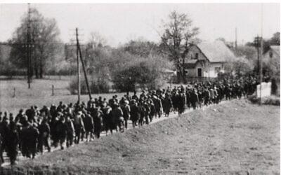 Une image clandestine non datée d'une marche forcée dirigée par les nazis. (Crédit : avec l'aimable autorisation du US Holocaust Memorial Museum)