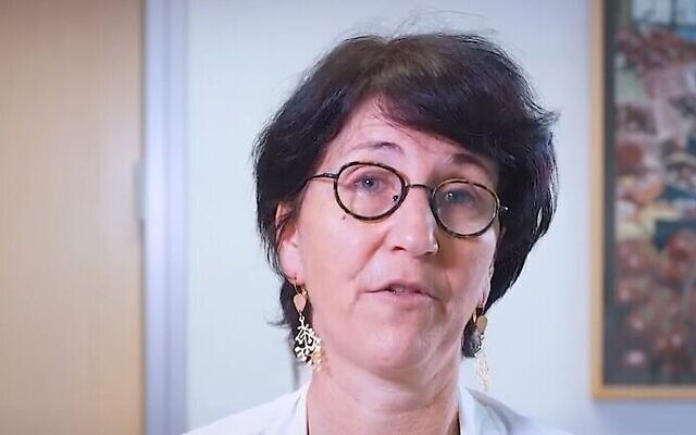 Prof. Gili Regev-Yochai, directrice de l'Unité d'épidémiologie des maladies infectieuses au Centre médical Sheba (Crédit : capture d'écran YouTube)