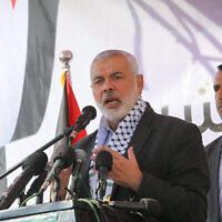 Dossier : Ismail Haniyeh, chef politique du Hamas, lors d'une cérémonie de pose de la première pierre du complexe médical de Rafah à Rafah, dans le sud de la bande de Gaza, le 23 novembre 2019. (Crédit : Abed Rahim Khatib/Flash90)